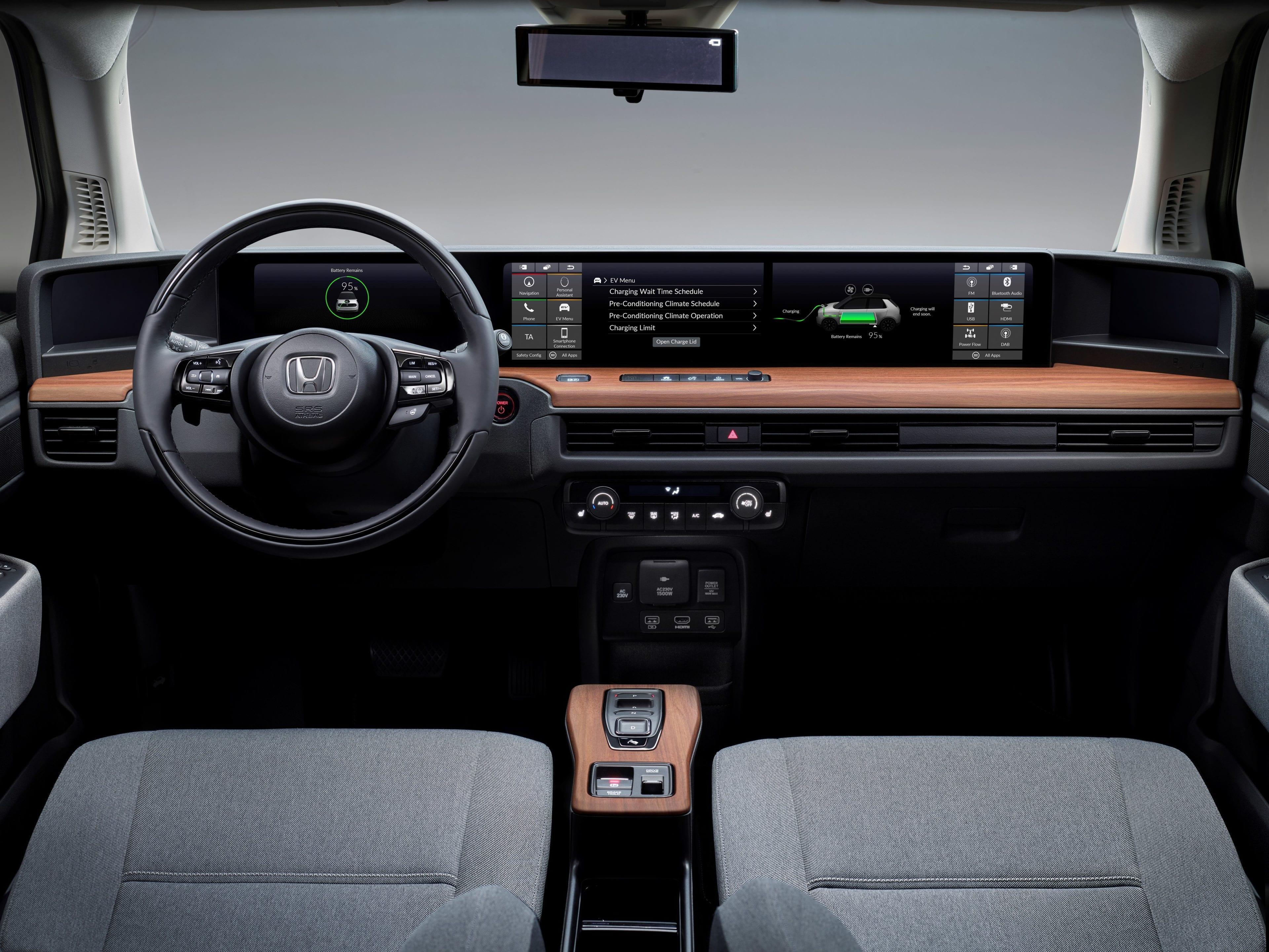 Stap in het ruime interieur van de Honda e en u bent meteen afgesloten van de drukte. Het is een kalme en serene omgeving, zoals een lounge, met een licht en luchtig interieur.