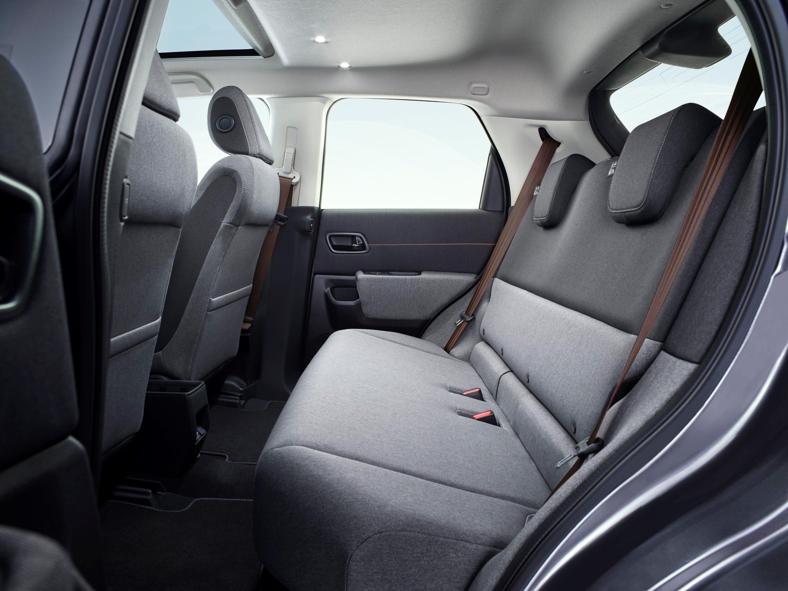 De Honda e heeft een zeer ruim interieur dat bij iedereen past. De zitplaatsen achter bieden uw passagiers uitstekende beenruimte. De Honda e is een van de ruimste auto's in de categorie kleine auto.